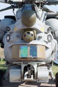 Visão frontal do Mi-28N/NE. Observa-se acima o nariz do sistema de guiamento por rádio dos mísseis ar-terra, seguido pela torreta flir e da torreta do sistema de varredura por imagens. Abaixo o canhão de tiro rápido de 30mm. Foto: internet.