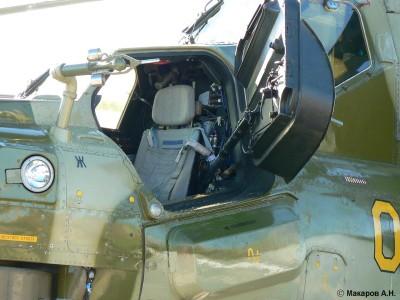 Imagem da cabine do operador de sistemas de armas do Mi-28N. Notar a importância da proteção ao tripulante refletida na blindagem do aparelho. Observar que esta preocupação  também se dá quanto a blindagem transparente. Foto: Makapob.