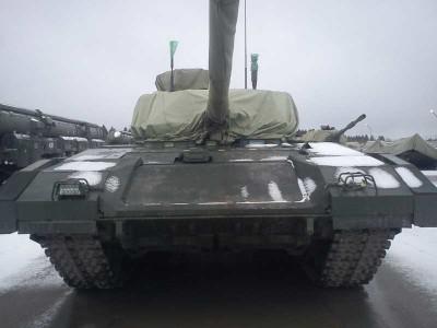 Carro de Combate T-14 Armata em visão frontal. Notar a torre coberta por uma lona.