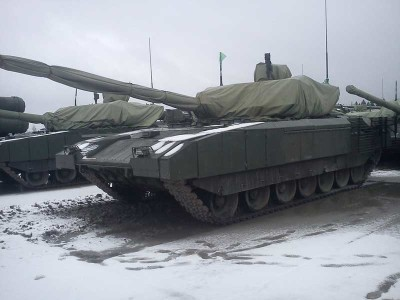 Carro de Combate T-14 Armata. Visão lateral. Notar a torre coberta.