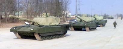 Carros de Combate modelo T-14 Armata, com as suas torres cobertas por lonas.