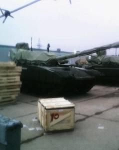 Armata fotografado de maneira amadora. Observar o canhão e a torre oculta por uma cobertura de lona. Foto: internet.