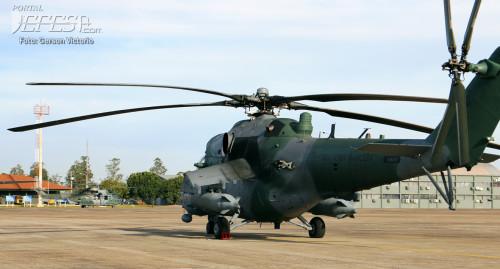 AH-2 e Caracal atrás