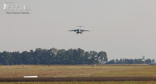 KC-390 pouso cabeceira 1