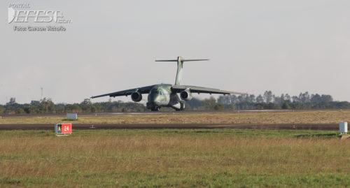 KC-390 pouso cabeceira 3